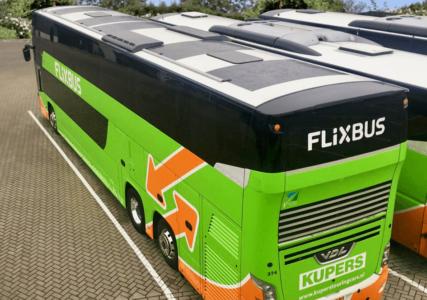 FlixBus начал оснащать свои дизельные автобусы солнечными панелями, которые питают электронику и позволяют экономить почти 2 литра топлива на 100 км пути