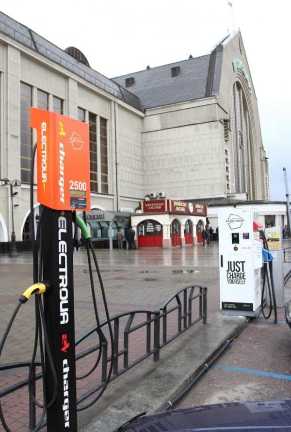 На Центральном ЖД-вокзале Киева установили зарядные станции для электромобилей, аналогичное оборудование планируют установить и на других вокзалах страны