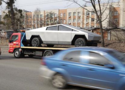 Пока Илон Маск разъезжает на Cybertruck по Лос-Анджелесу, по Киеву на эвакуаторе перемещается муляж футуристического пикапа