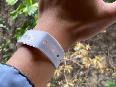 Электронные браслеты позволят властям Гонконга быстро находить тех, кто нарушает предписанный домашний карантин