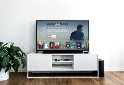 Занять себя на карантине: где смотреть кино, сериалы, слушать музыку и как посещать виртуальные музеи
