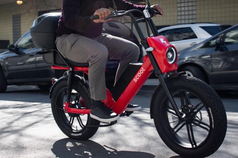 Американский сервис проката электросамокатов Bird представил электромопед Scoot Moped для более комфортного передвижения
