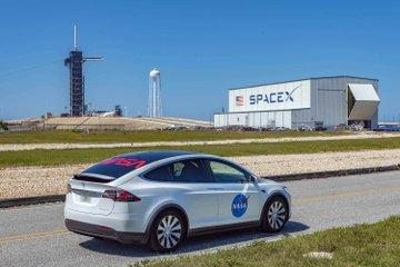 NASA показала служебный автомобиль Tesla Model X для астронавтов накануне пилотируемого полета Crew Dragon к МКС [Фотогалерея]