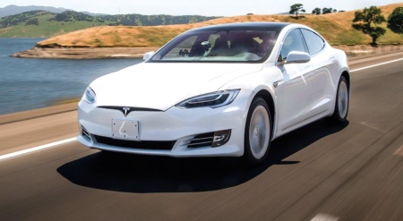 Автомобили Tesla с включенным автопилотом теперь попадают в аварии в 1,5 раза реже