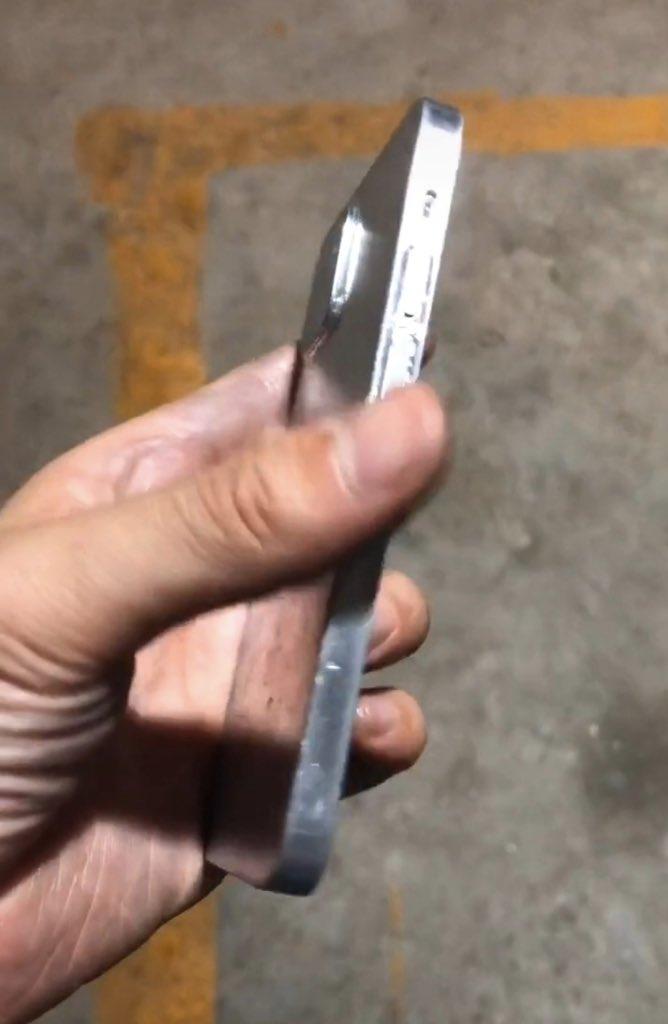 Предполагаемые фото заготовок iPhone 12 подтверждают «прямоугольный» дизайн и порт Lightning