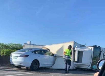 Видео: Tesla Model 3 под управлением автопилота врезается в перевернувшийся грузовик