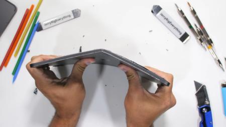 JerryRigEverything легко разломал новый планшет Apple iPad Pro 2020 года, конструкция не стала прочнее по сравнению с предшественником