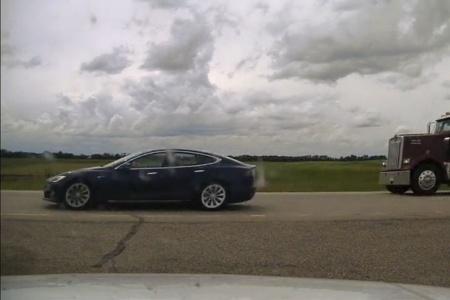 Канадец на Tesla решил «поспать» при включенном автопилоте на скорости свыше 140 км/ч. Ему уже предъявили уголовные обвинения