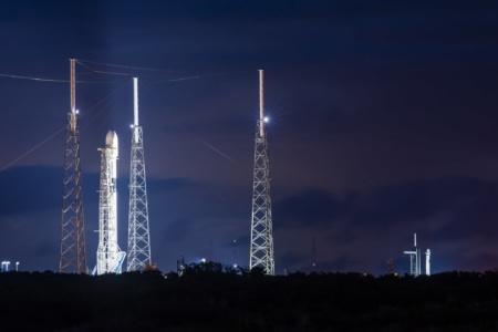Фото: Две ракеты Falcon 9 на стартовых столах дожидаются отсчета