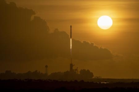 SpaceX впервые запустила Falcon 9 с использовавшейся уже дважды створкой обтекателя (и поймала ее в сеть!). Группировка интернет-спутников Starlink теперь насчитывает почти 800 штук