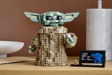 Lego выпустил набор для сборки собственного Baby Yoda стоимостью $79,99 (продажи стартуют в день премьеры второго сезона «Мандалорца»)