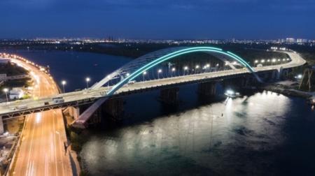 Виталий Кличко показал новую LED-подсветку Подольско-Воскресенского моста и в очередной раз пообещал открыть его до конца года