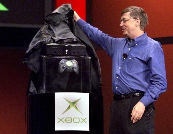 Фото: Билл Гейтс и Дуэйн «Скала» Джонсон на презентации оригинальной Xbox на CES 2001
