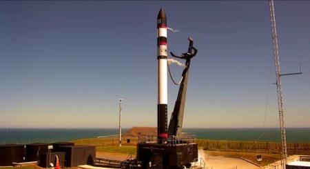 Rocket Lab впервые вернула первую ступень ракеты Electron — на парашюте