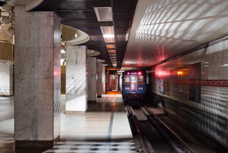 Киевский метрополитен рассказал, какие вещи пассажиры забывали в метро в 2020 году — от фитнес-браслета и телефона до микроволновки и надувного матраса