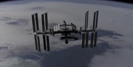 SpaceX показала движущуюся по орбите МКС с двумя пристыкованными кораблями Dragon [Таймлапс-видео]