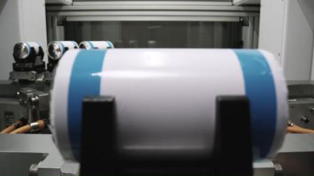 Tesla выпустила видео с демонстрацией разных этапов производства батарей для своих автомобилей — так компания Илона Маска зазывает на работу в берлинскую и техасскую Гигафабрики