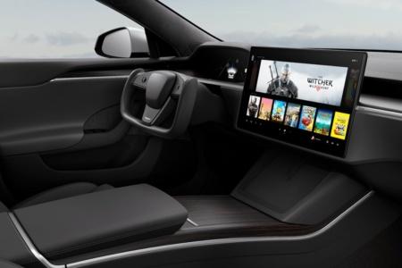Новая Tesla Model S оснащается мультимедийной системой мощностью 10 терафлопс, что сопоставимо с новыми консолями. Илон Маск утверждает, что на ней можно играть в Cyberpunk 2077