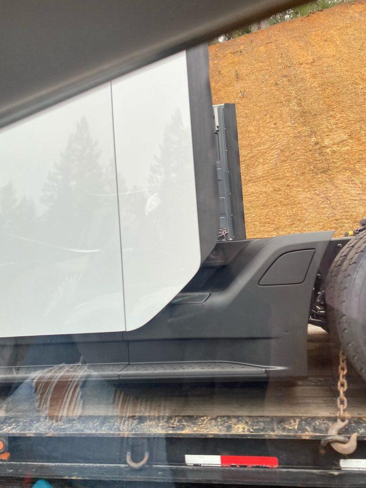 Еще один (второй за месяц) новый прототип Tesla Semi показался на дорогах в США