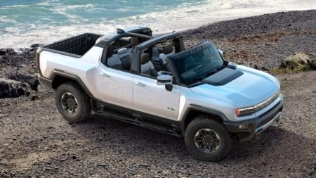 Американский дизайнер создала «гараж будущего» для электромобиля GMC Hummer EV с винтовым подъемником внутри дома [видео]