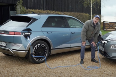 Видео: Hyundai IONIQ 5 подзаряжает Hyundai Kona с помощью зарядного кабеля
