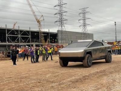 Илон Маск съездил на Cybertruck к рабочим на Giga Texas — и теперь все обсуждают «столешницу» в необычном интерьере бронепикапа