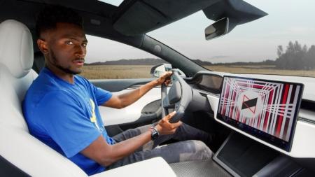 «Безумно быстрая и качество сборки лучше, чем когда-либо, но этот штурвал…» — Маркес Браунли поделился впечатлениями от Tesla Model S Plaid